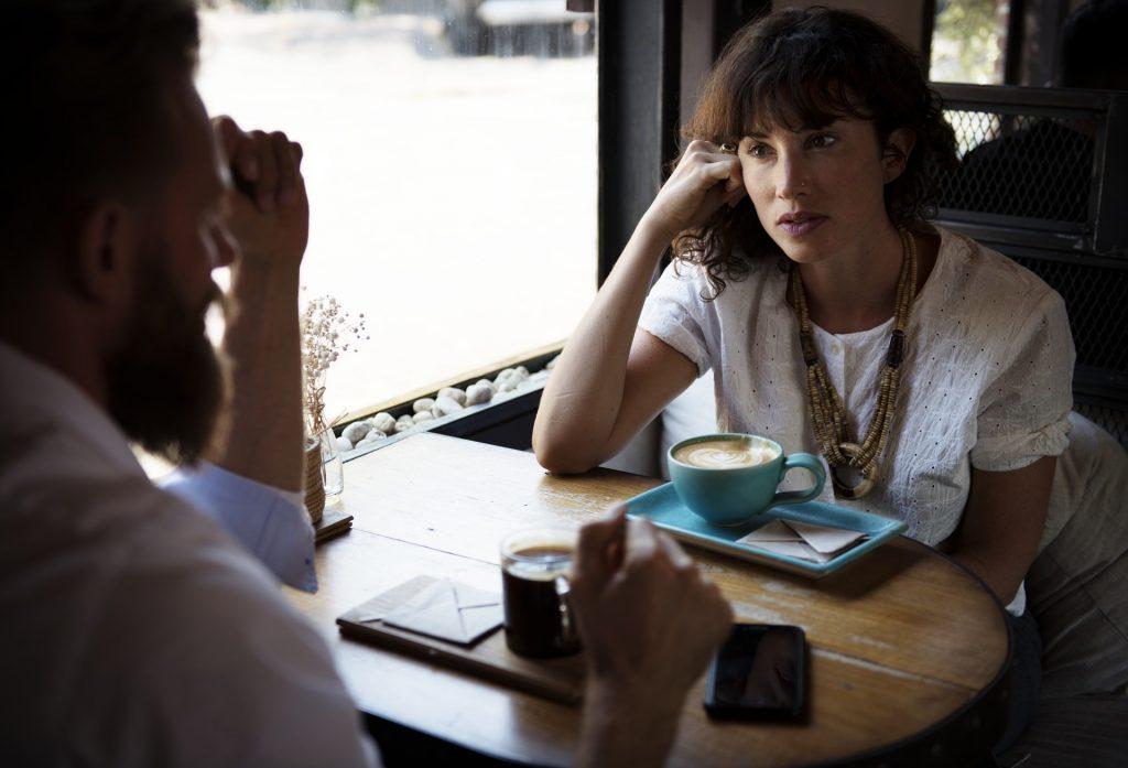 par taler kvinde mand café samtale
