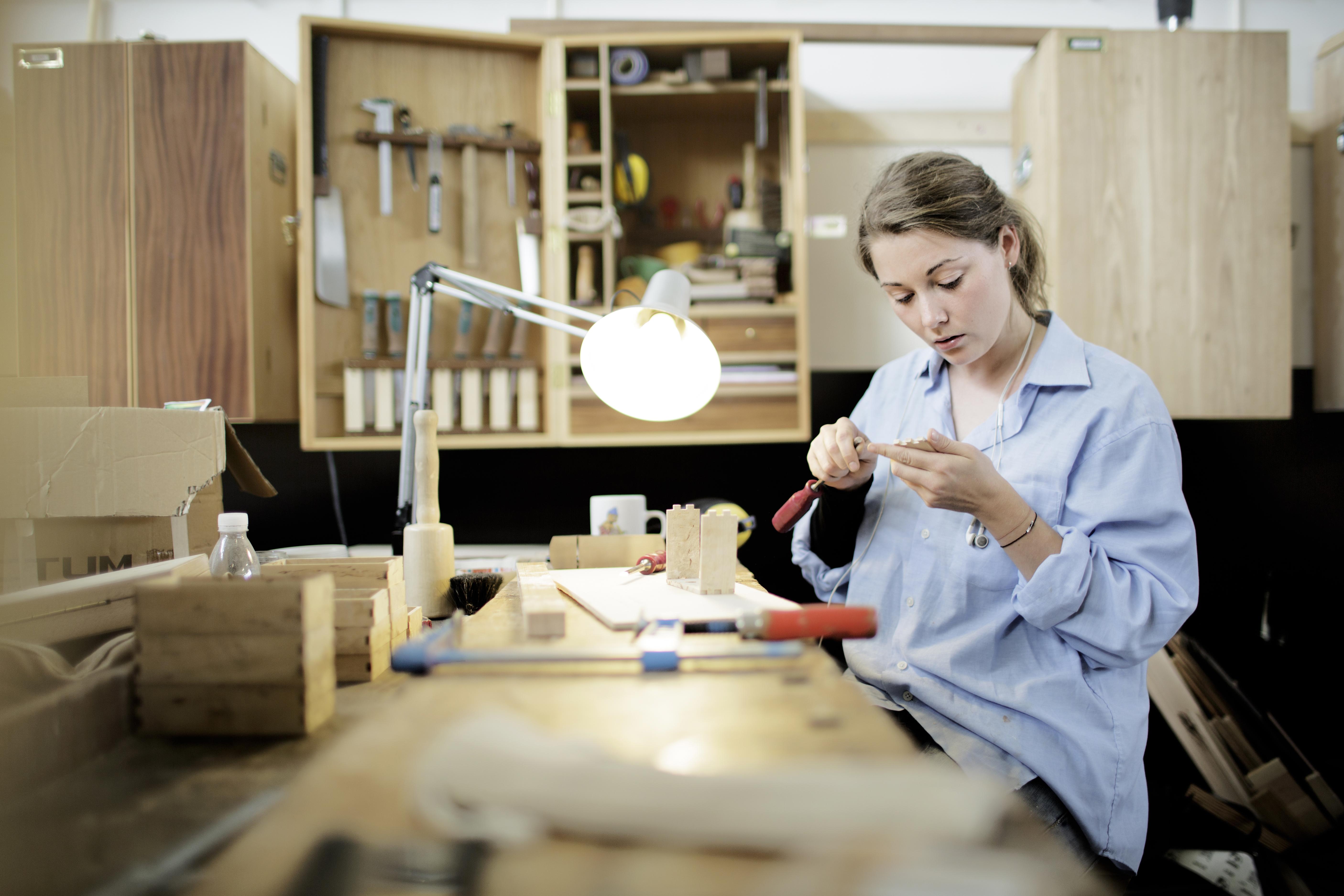 Elever i skolepraktik som snedkerne, og møbelsnedkere pŒå en afdeling af Københavns Tekniske Skole i Herlev. Trine Munk, 24, møbelsnedker-lærling (Foto: Polfoto)