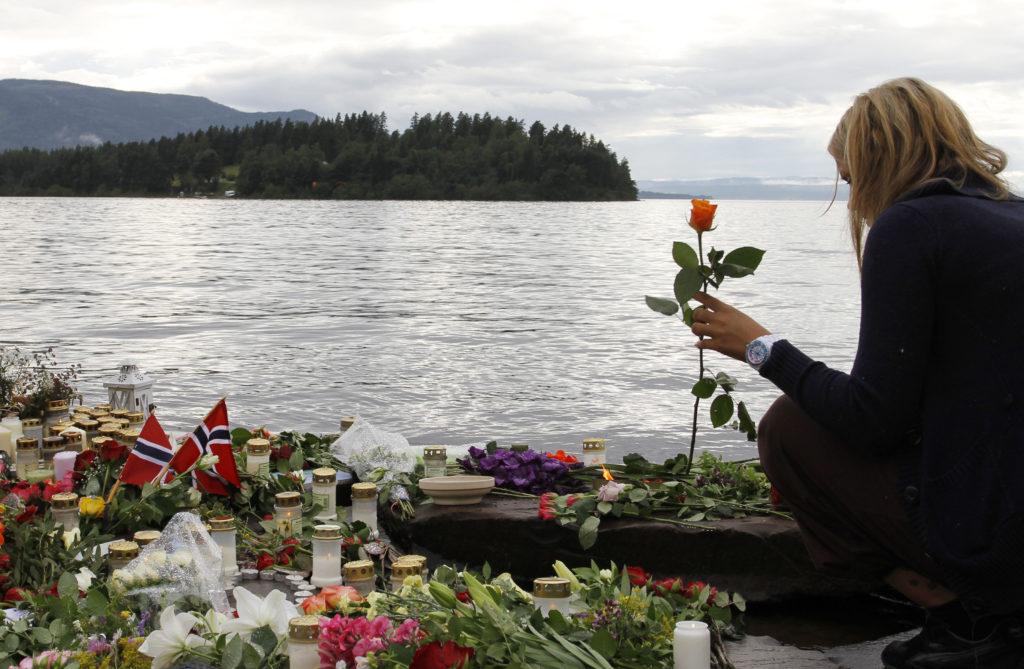 Bare fem år efter Anders Breviks terrorangreb melder forskere, at norske skoler tier om det historiske angreb. Unge efterspørger viden. (Foto: Polfoto)