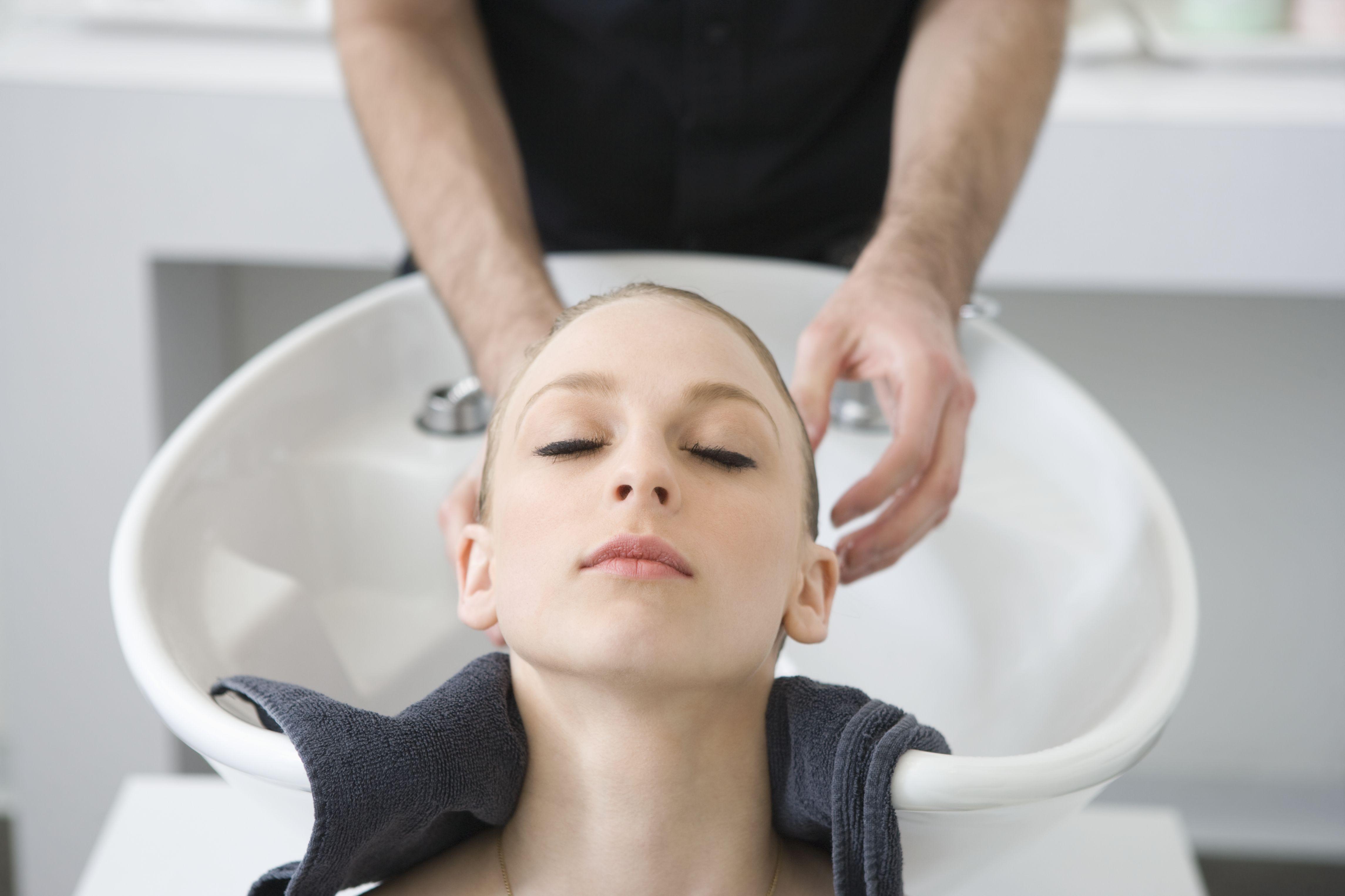 Pige får vasket hår af mandlig frisør, shopping for fattigrøve (Foto: All Over)