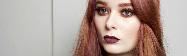 maria-nila-violet-i-roed-haar