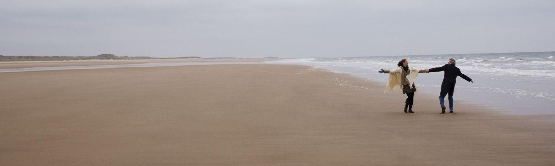 Langdistanceforhold: Et par på en strand (Foto: All Over)