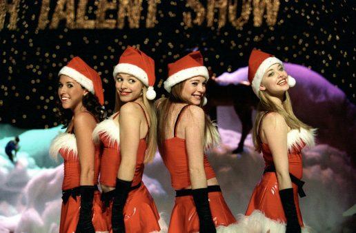 Fra filmen Mean Girls, hvor fire piger står i nissepigekostume og danser og synger (Foto: All Over)