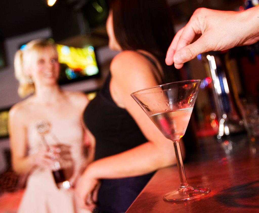 Ny neglelak kan fortælle dig om din drink er dopet. (Foto: All Over)