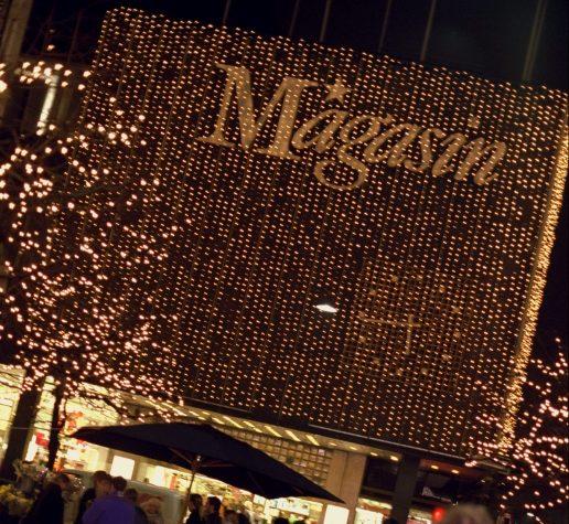 Magasin ved juletid med julelys (Foto: Polfoto)