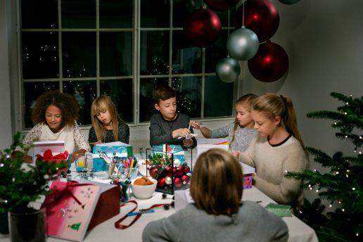 Udsatte børn får hjælp til at give julegaver. (Foto: Pandora)