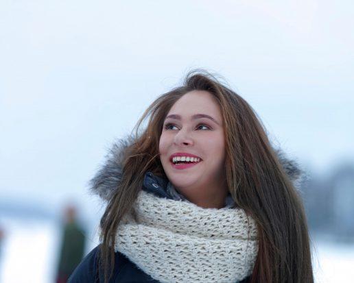 Ung kvinde udenfor i januar. Halstørklæde. (Foto: All Over)