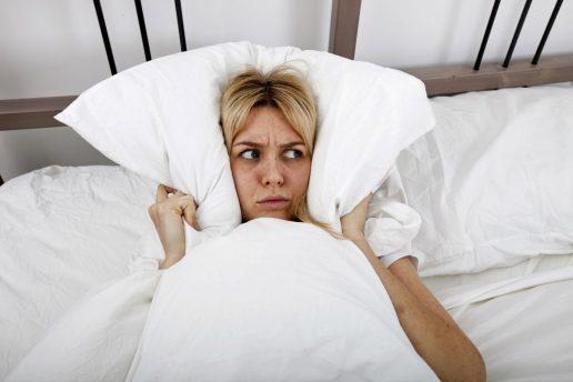 kvinde, seng, dyne, pude, ørerne, gys, bange, forfærdet, doven