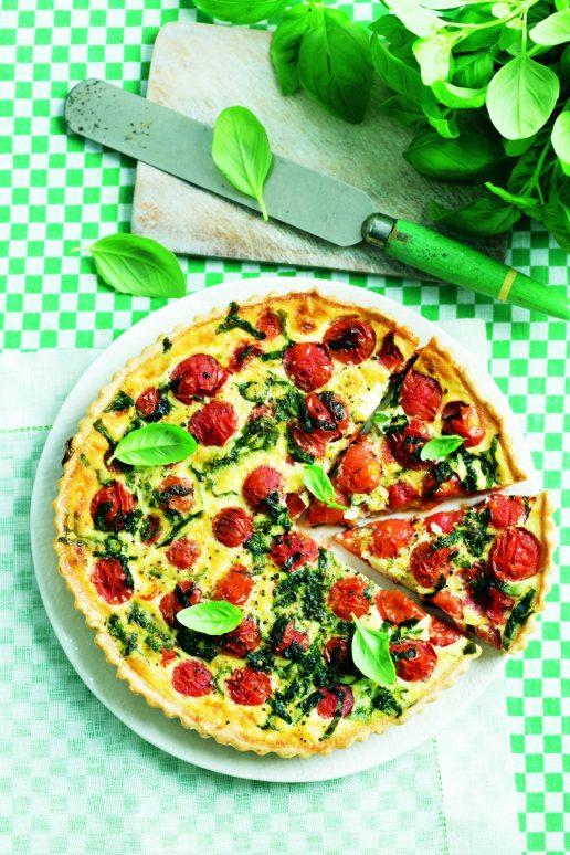 Tærte med stegte tomater og basilikum.