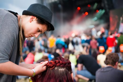 Vil du gerne have nogle ideer til festivalfrisurer? Så læs vores guide til hår, der holder! (Foto: All Over)