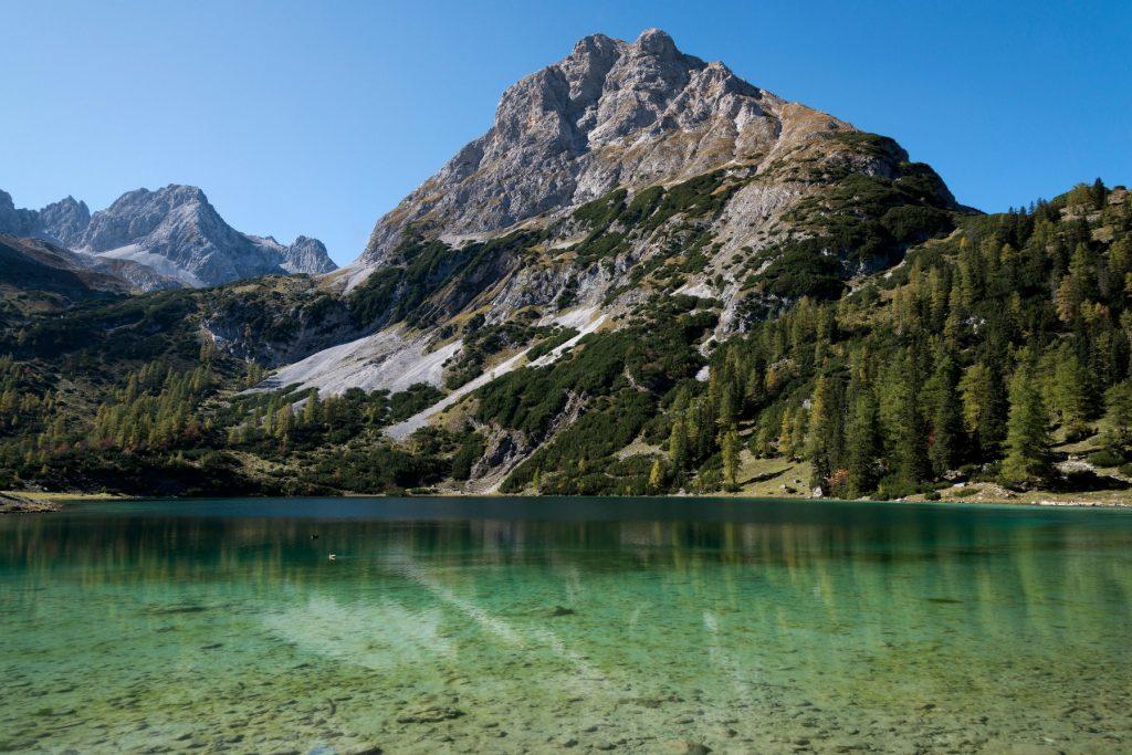 Austria, Tyrol, Ehrwald, Seebensee in autumn, krystalklart vand