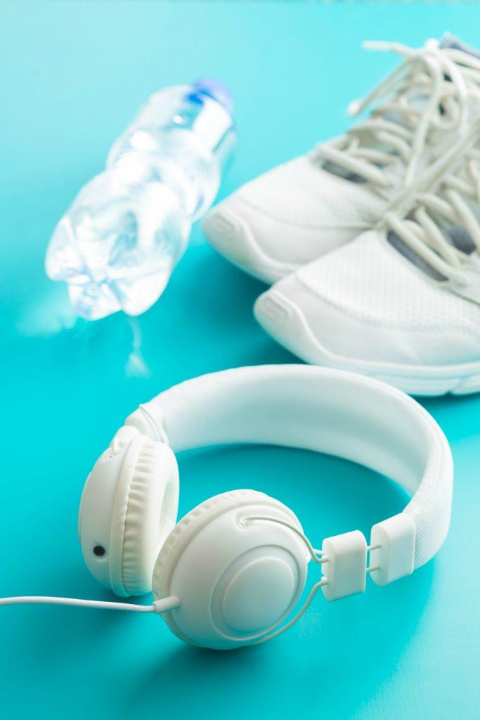 vandflaske, træning, motion, rengøring, bakterier, headset, headphones, høretelefoner, hvid, turkis baggrund, sneakers, hvide kondisko