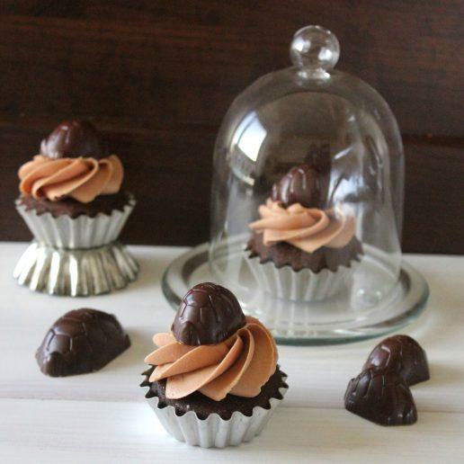 opskrift, dessert, kage, chokolade, kæmpe skildpaddde, chokoladebombe, cupcake, muffin, glasur, frosting, karamelsauce.