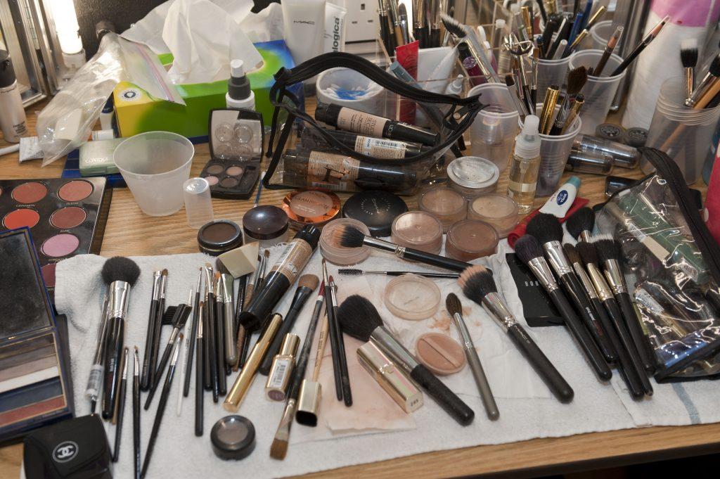 bakterier, makeup, sminkebord, rengøring, hygiejne, makeupbord, skønhedsprodukter, beauty, smuk, makeup, beautyblender, hårolie, tør shampoo, brugsanvisning, skønhed, beauty,