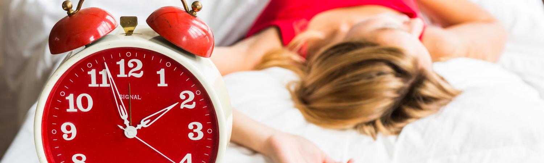 kvinde, seng, sover, alarm, vækkeur