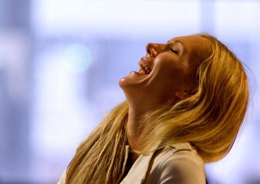 kvinde griner