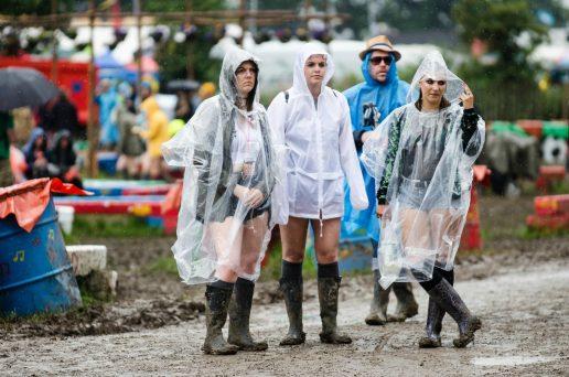 regn, regnvejr, våd, regnponcho, sjovt, opgivende, efterår, festival