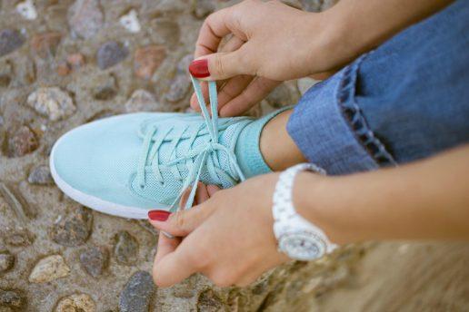ur, armbåndsur, snørrer sko, snørresko, neglelak, røde negle, manicure, for sent, til tiden