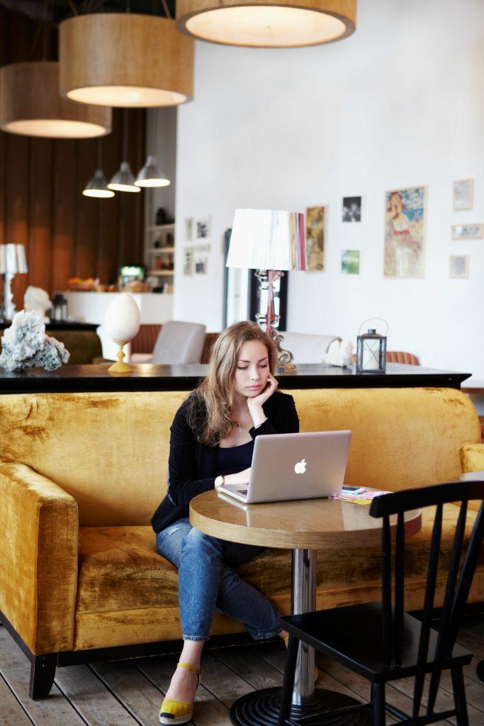online shopping, computer, bærbar, spar penge, cafe, kvinde, arbejder, lektier, regnskab,