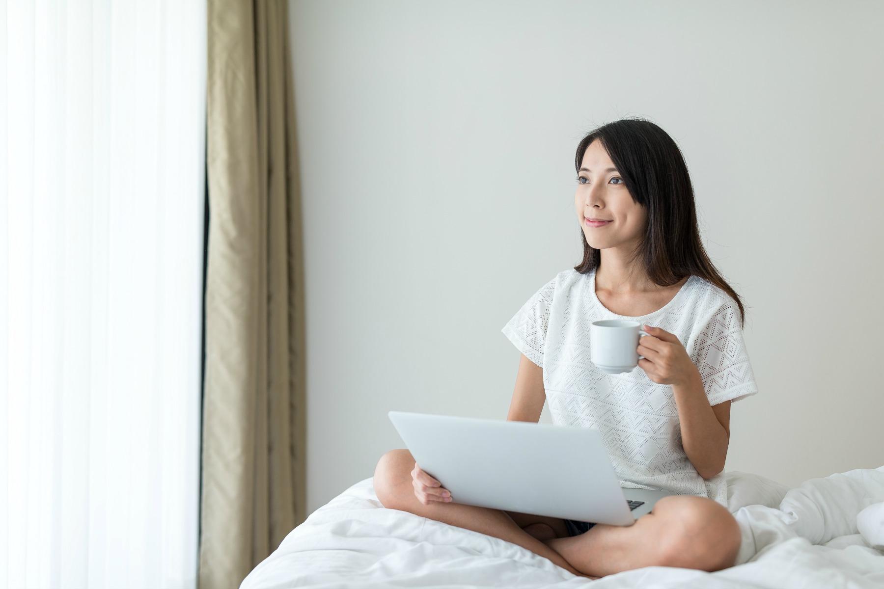 computer, bærbar, kaffe, seng, kvinde, kop, søndag, langsom computer
