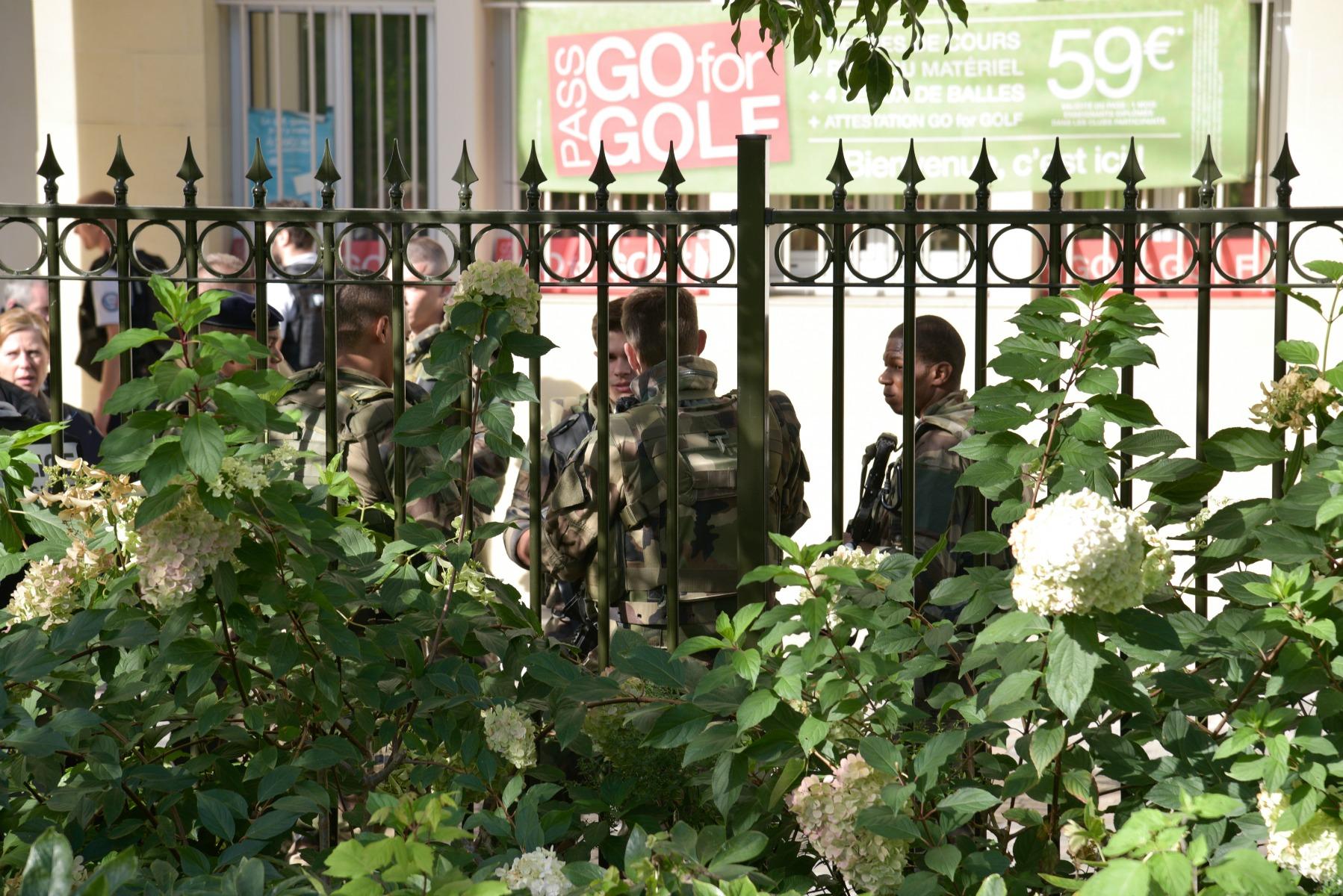 soldater, kaserne, terror, påkørsel, frankrig, paris