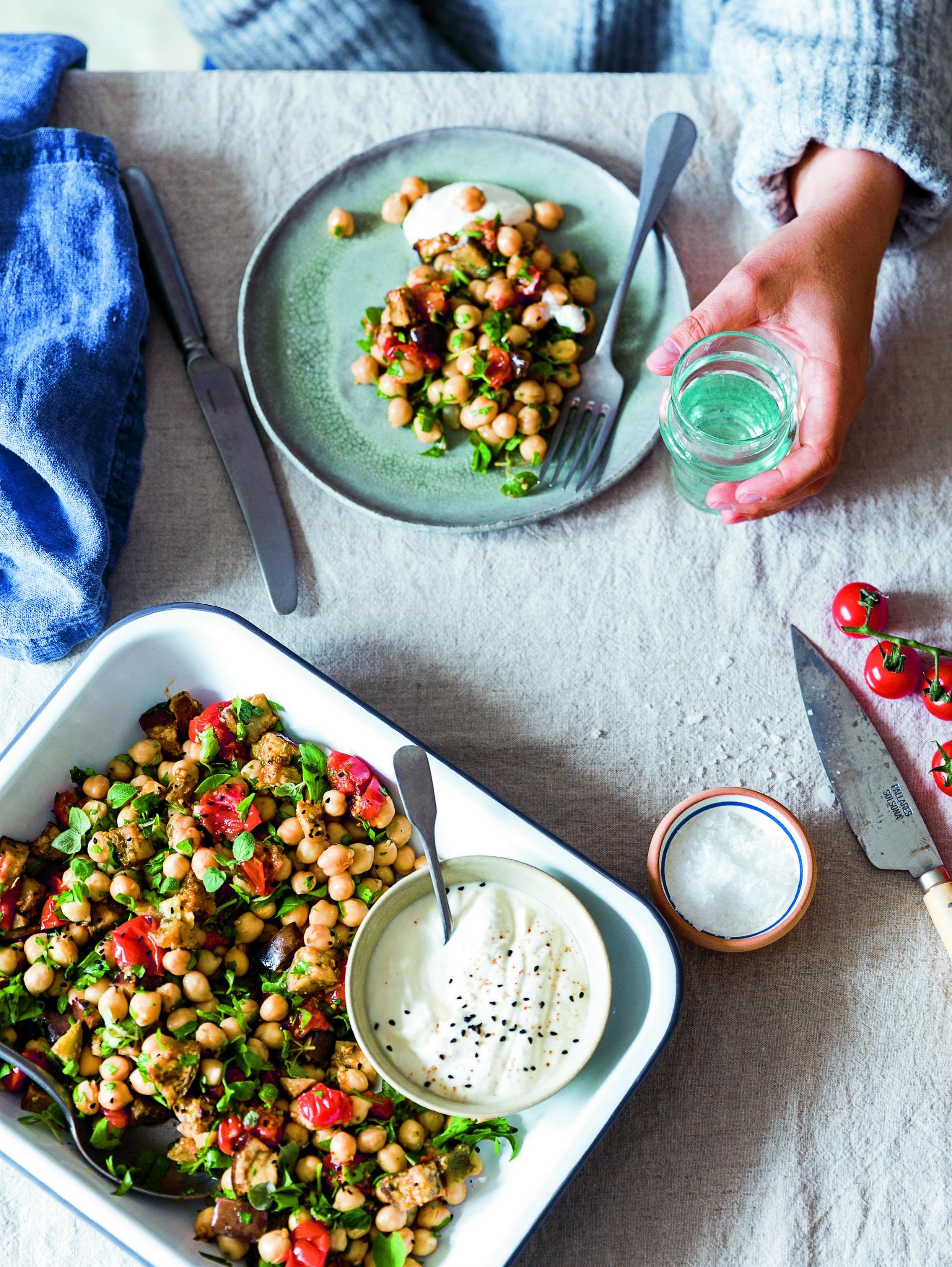 SALATSNEDKER bog - kikærtesalat, fetadressing, opskrift