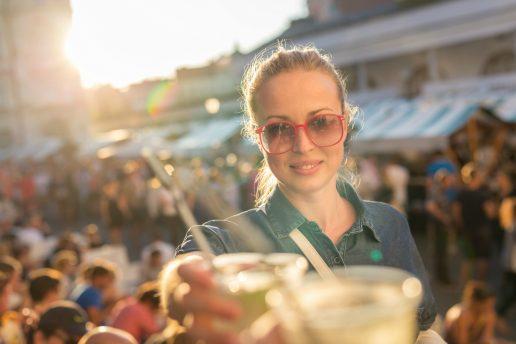 skål, cocktail, papirøen, solbriller. Kvinde drikker drinks på udendørs bar. (Foto: All Over)