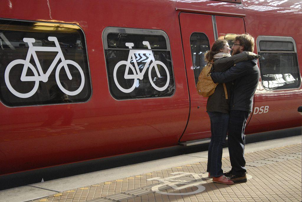 s-tog, kærester, par, kys, station, tog, perron, hovedbanegården