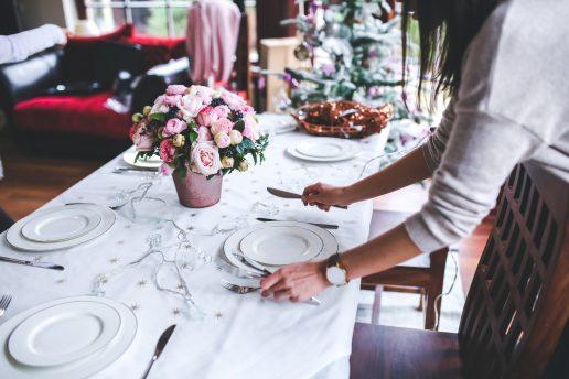 borddækning, bord, indretning, service, hjemme, kvinde, gæster, besøg, visit, blomster, spontant besøg, tallerken, hvid dug