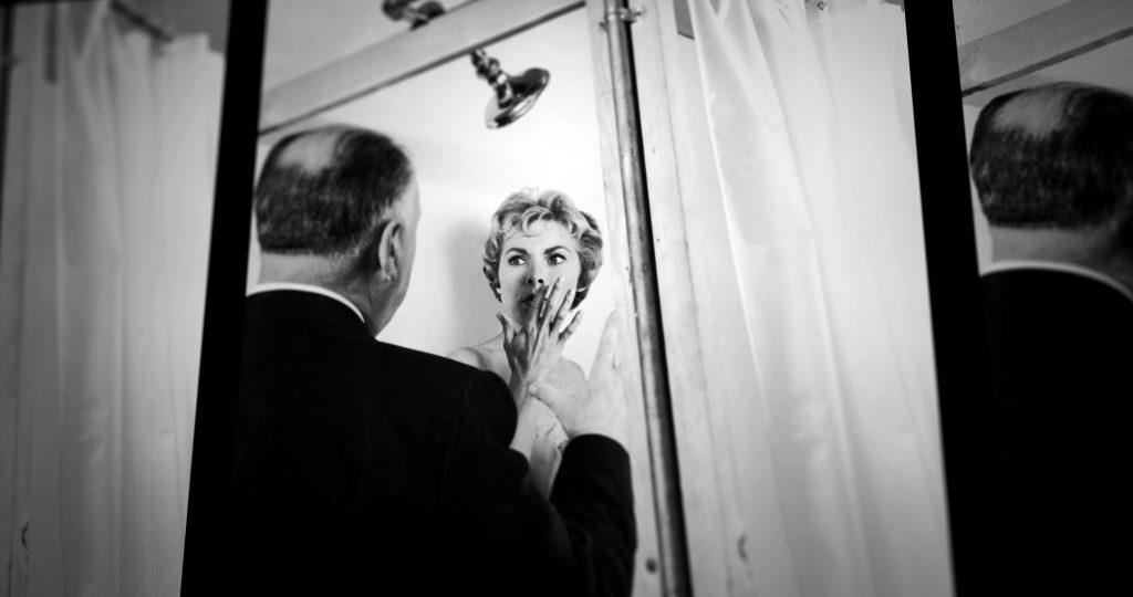 Alfred Hitchcock instruerer Janet Leight under optagelserne til gyserklassikeren Psycho i 1960. (Foto: All Over)