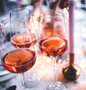 middag, rose, rosé, rosévin, vin, vinglas, hygge, stearinlys, gæster, besøg, borddækning