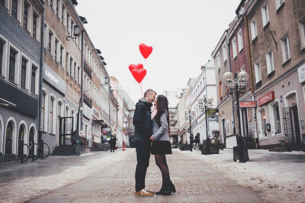Dating, datingapp, happpn, date, kærlighed, hjerter, hjerteballoner, par, gade, strøg, gågade, kys, holder i hånden