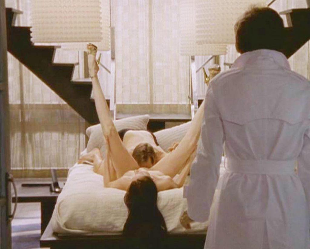 En velkendt scene fra Sex and the City, hvor Samantha tager Richard i at slikke en anden kvinde. (Foto: All Over)