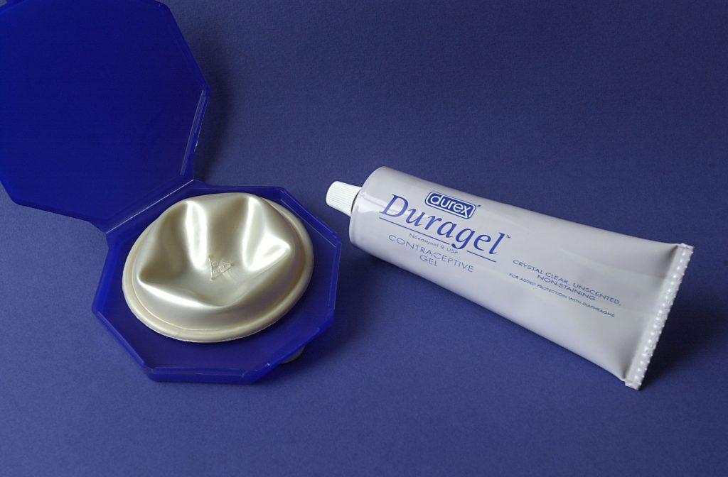 Pessaret har en æske, der er god at opbevare det i. Du skal købe cremen ved siden af. Den fås på apoteket. (Foto: All Over)