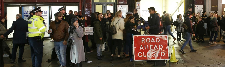 panik, løb, flugt, oxford street station, bond street station, metropolitan police, london, terror, terrorfrygt, terrorberedskab, flugt, sloges, slagsmål, platform, metro, trussel, opkald, terrorenhed, politi, england