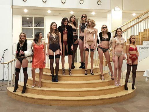 lingerie, lingeri, frankrig, danmark, københavn, mode, undertøj, trusser, bh, hofteholder, g-streng, bodysuit, mode, fashion, historie, modehistorie, ligestilling, kvinder, sex, kærlighed, parforhold, tøj, kunst, historie, udstilling, museem, videoinstallation, foto,