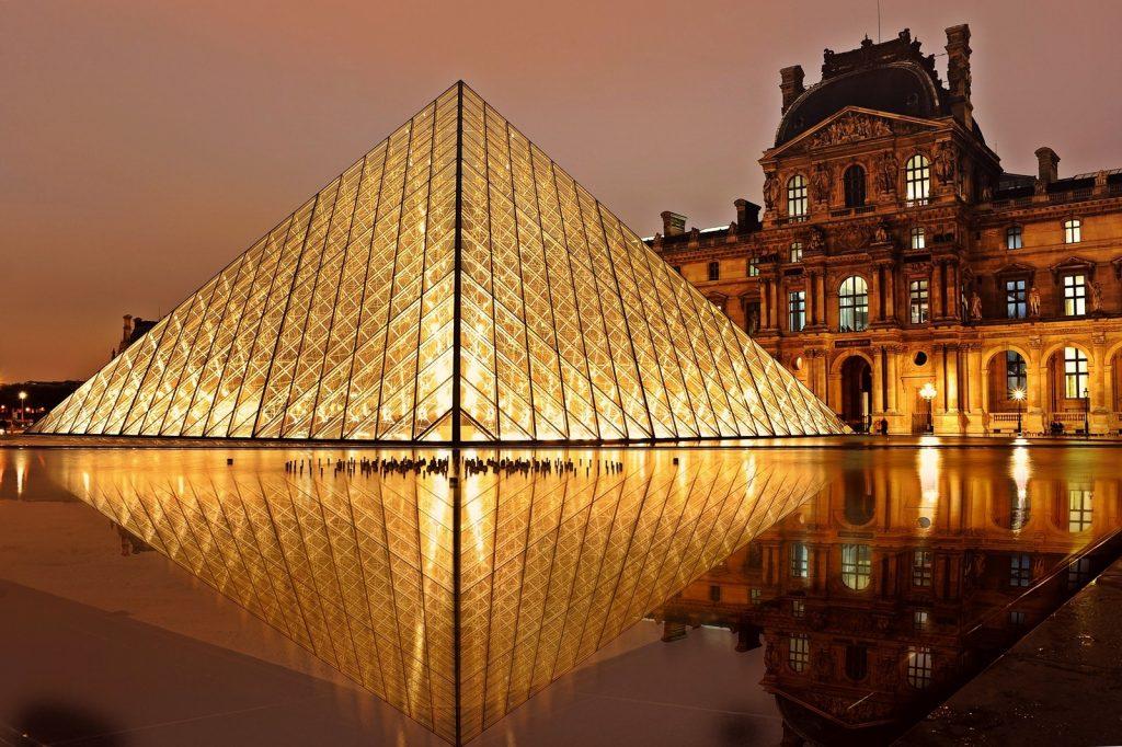 Paris er smuk, men lufthavnen kan ikke hamle op med udsigten foran Louvre. (Foto: Pexels)