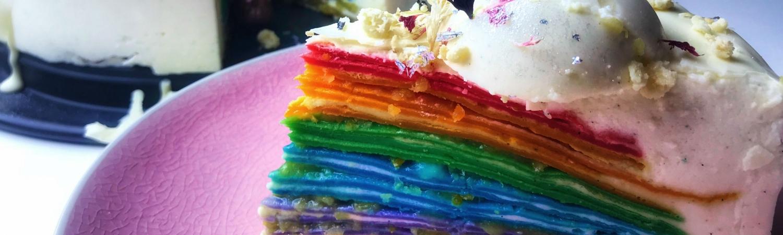 regnbue, regnbuekage, pandekage, pandekager, hyldeblomstkupler, hyldeblomst, vaniljekupler, vanilje, husblas, fløde, chokolade, kagecreme, creme, pastafarve, madfarve, farve, kage, lagkage, pandekage, dessert, nytår, jul, mad, kost, opskrift, sølv, glimmer, pride, lgbtqia+,
