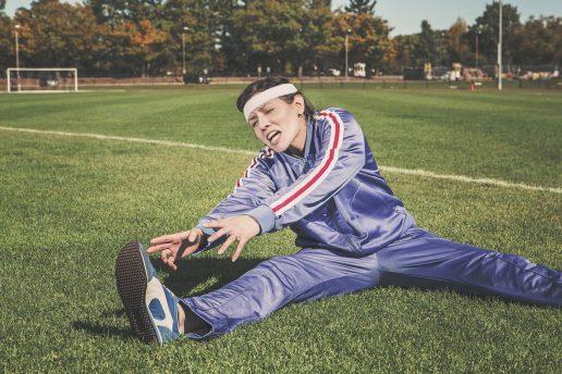 Kvinde der strækker ud, træning, workout