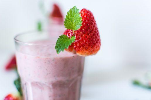 international jordbær is dag, jordbær smoothie, jordbær. smoothie, sund, sundhed, morgenmad, mæt, vitaminer, avokado, mynte, vanilje