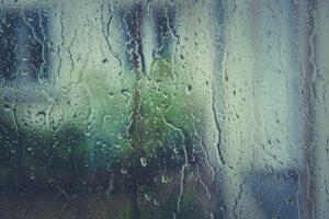 Regnvejr, regndråber på vindue