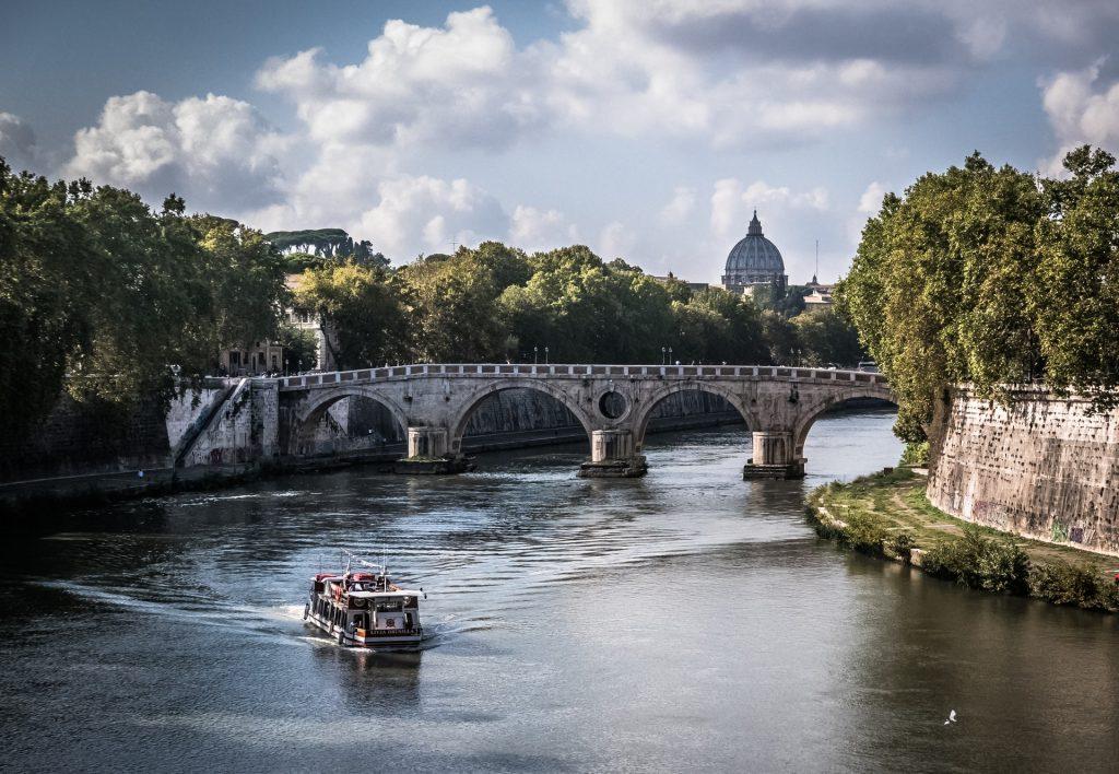 romantiske byer, romantiske feriedestinationer, kærestetur, Sejl en romantisk tur på Tiberen i Rom. (Foto: Pexels)