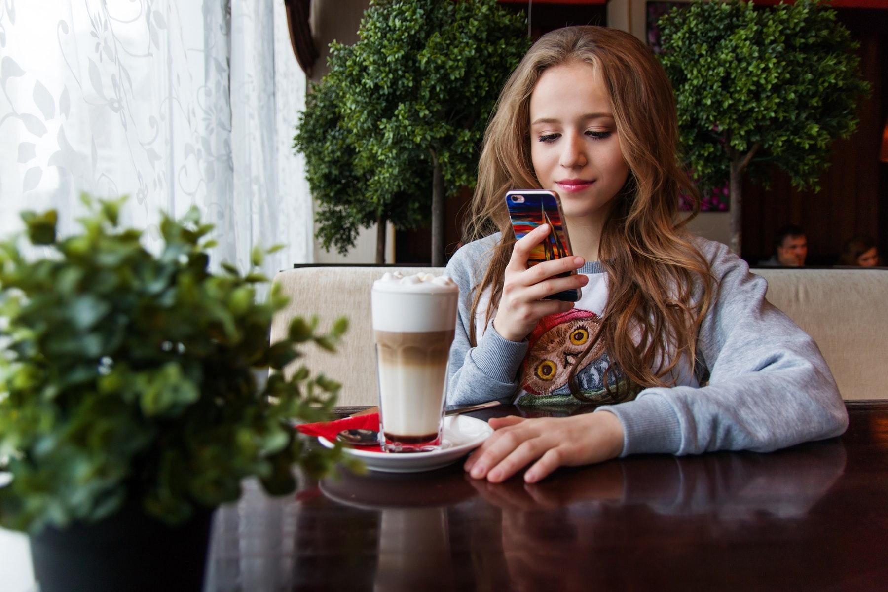 mobil, mobilafhængighed, forbrug, mobilforbrug, liv, overvågning, space