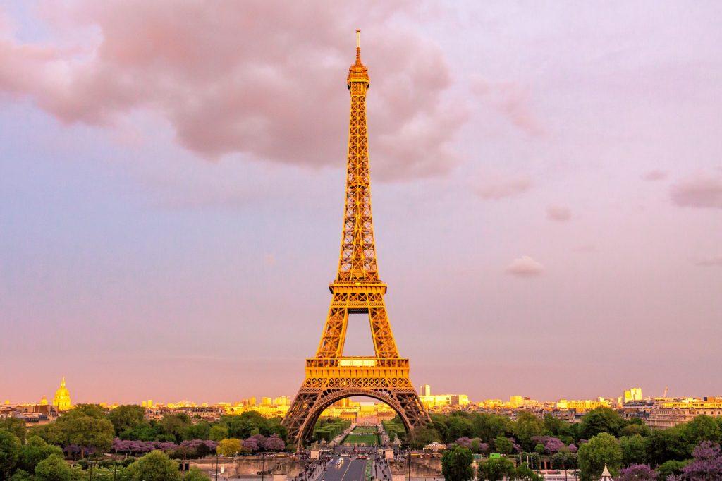 romantiske byer, romantiske feriedestinationer, kærestetur, Solnedgange er altid romantiske, men Eiffeltårnet giver bare lige det der ekstra til udsigten ... (Foto: Pexels)