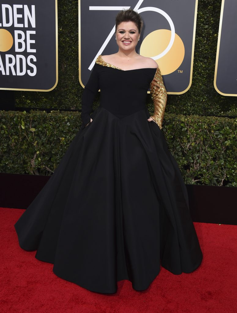 Kelly Clarkson i en balkjole med stort skørt og et ærme holdt i guld. (Foto: /ritzau/)