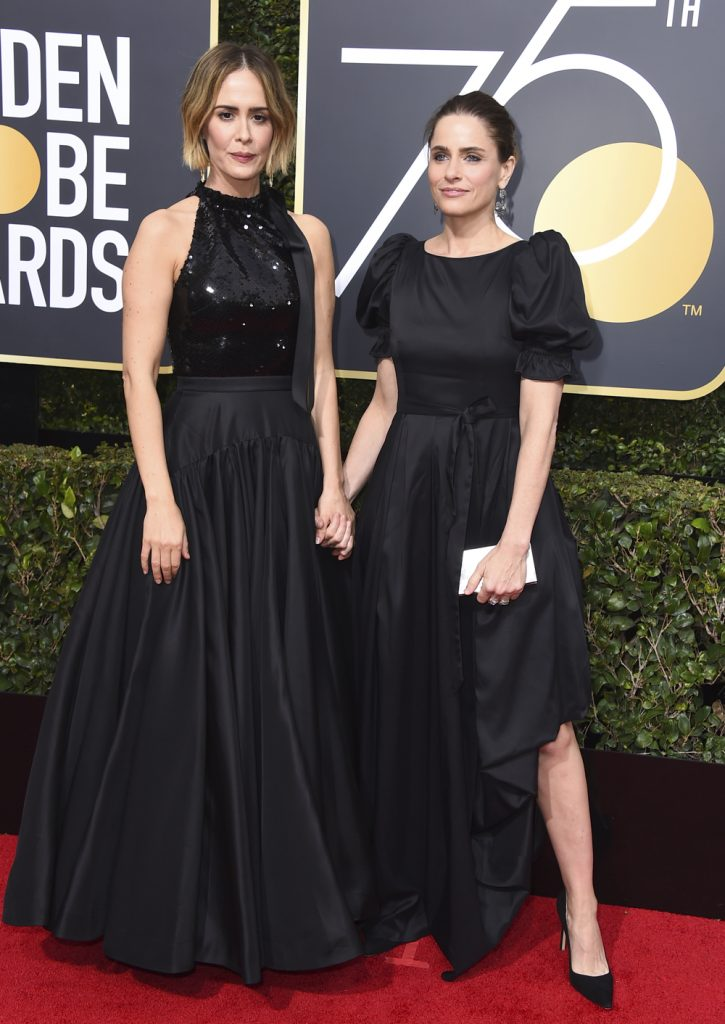 sorte kjoler Sarah Paulson i Calvin Klein og Amanda Peet på den røde løber til Golden Globes 2018. (Foto: /ritzau/)