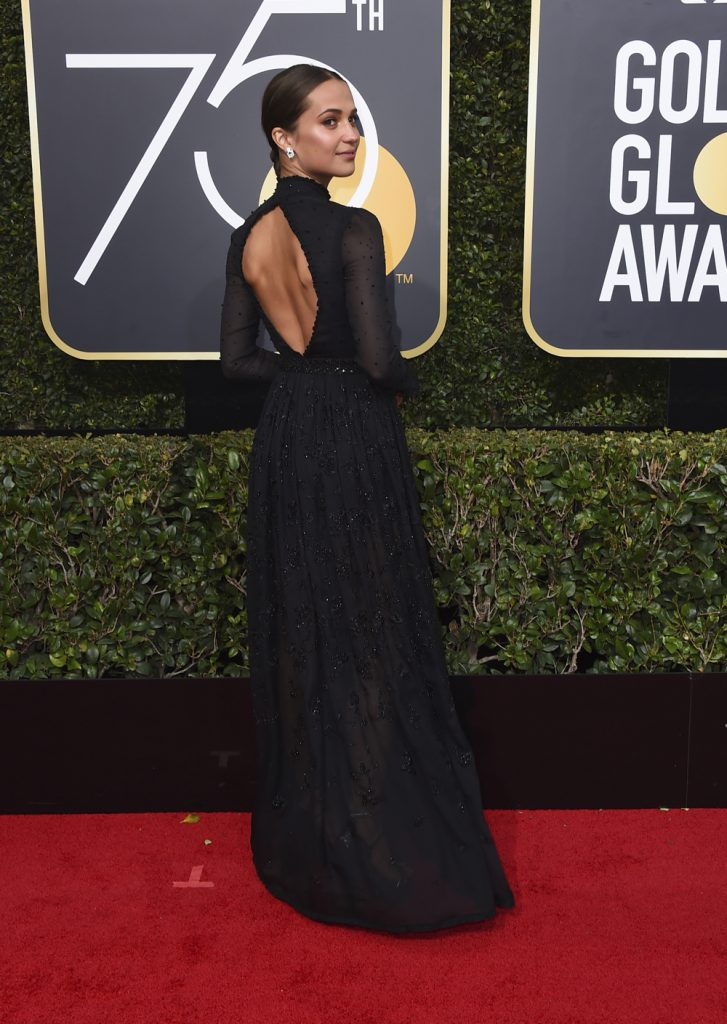 sorte kjoler Alicia Vikander i Louis Vuitton på den røde løber til Golden Globes 2018. (Foto: /ritzau/)