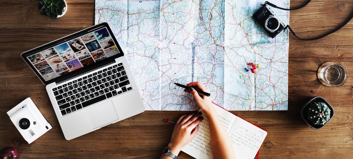 Rejse alene, planlægning, kort, turist