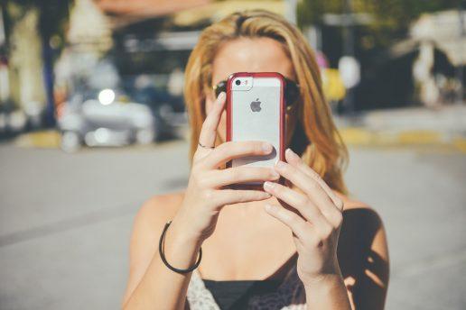 selfie, selfies, selfitis, selvværd, selvtillid, mentalt helbred, mentale helbredsproblemer, psykiske problemer, borderline selfitis, akut selfitis, kronisk selfitis, forskning, videnskab, undersøgelse, studerende, begreb, fænomen,
