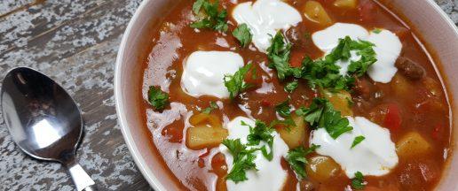 gullasch, gullaschsuppe, ungarn, ungarnsk gullasch, suppe, opskrift, mad, grøntsager, oksekød, lækkert, comfort food, vintermad, mad,